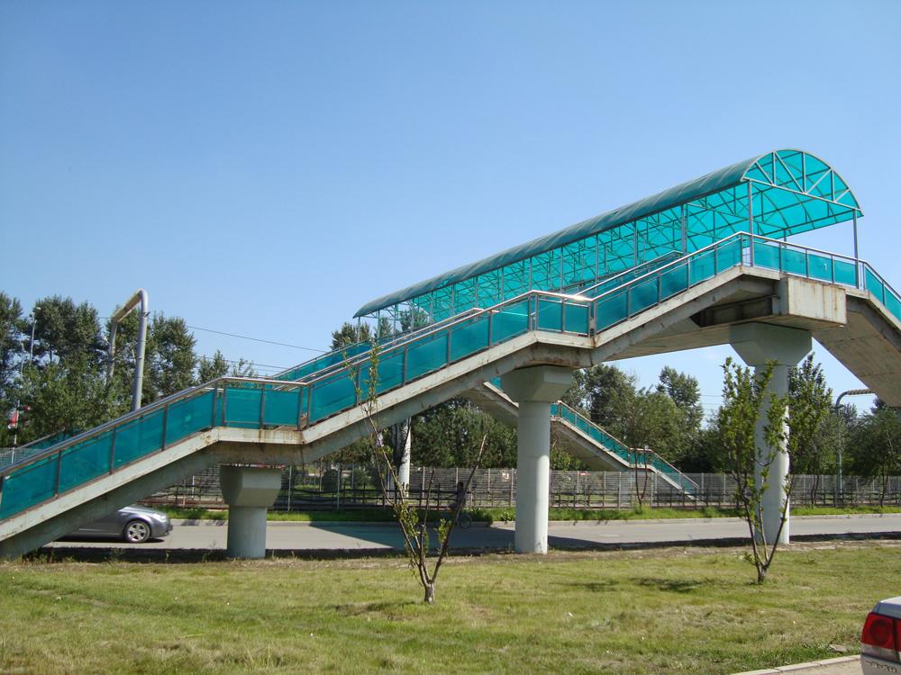 过街天桥顶棚使用材料