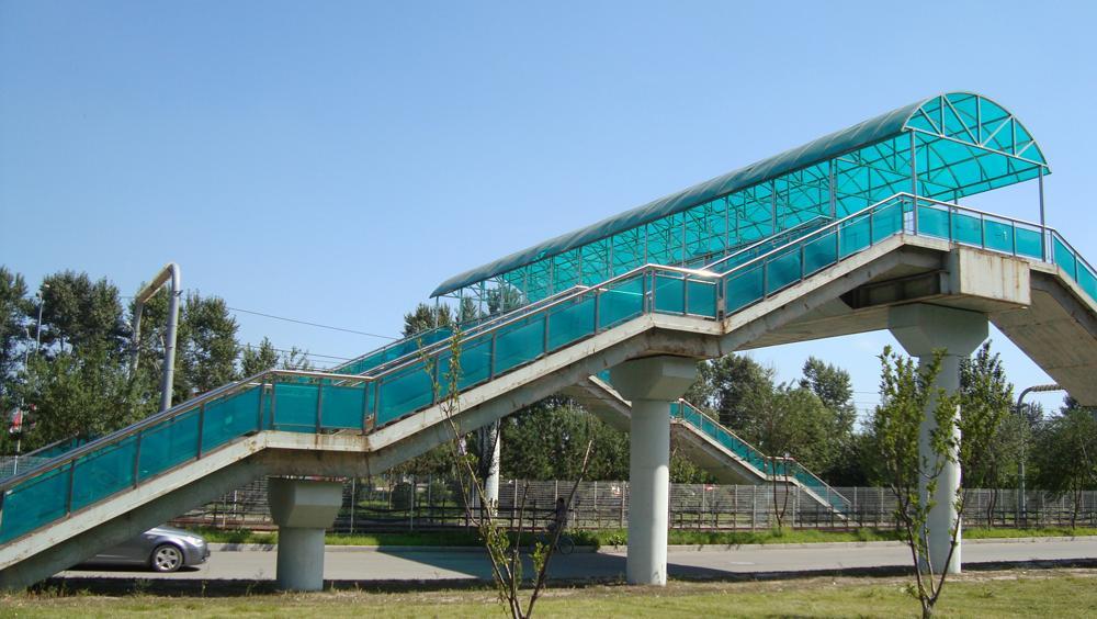 过街天桥顶棚使用什么样的材料安全又耐用